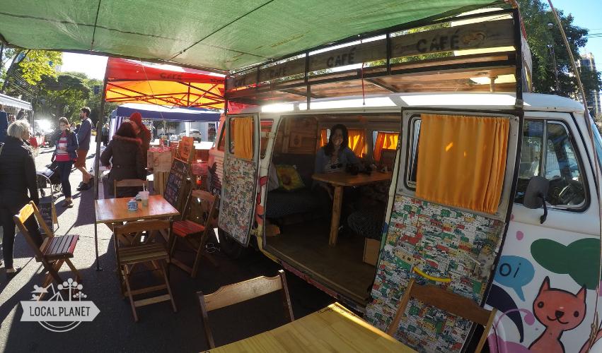 Na kombi do Green Roots Café na feirinha da JK, em Foz do Iguaçu